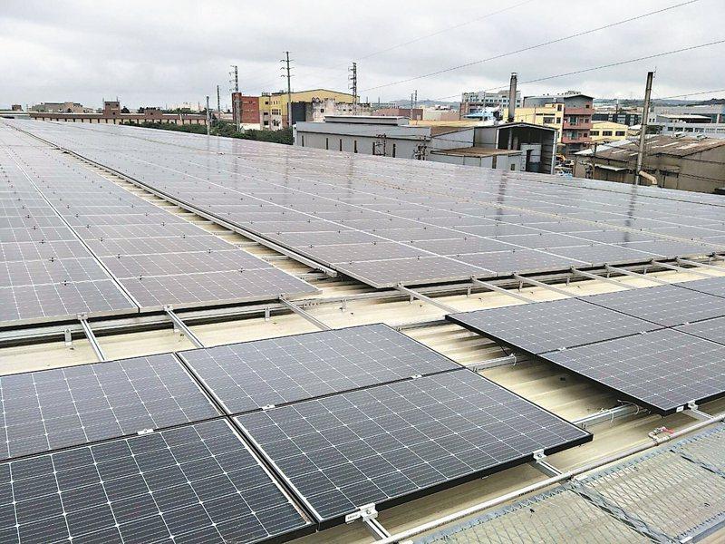 桃園市推動太陽能板光電埤塘發電喊卡,經發局「另起爐灶」全力推動全民綠能屋頂太陽能發電計畫。 記者曾增勳/攝影