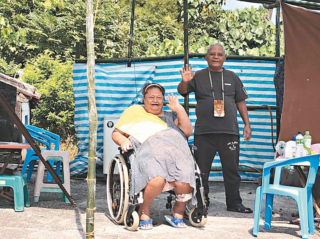 六十三歲的達仁鄉王美枝(左)是「幸福輪轉手」受惠人之一。 記者侯俐安/攝影