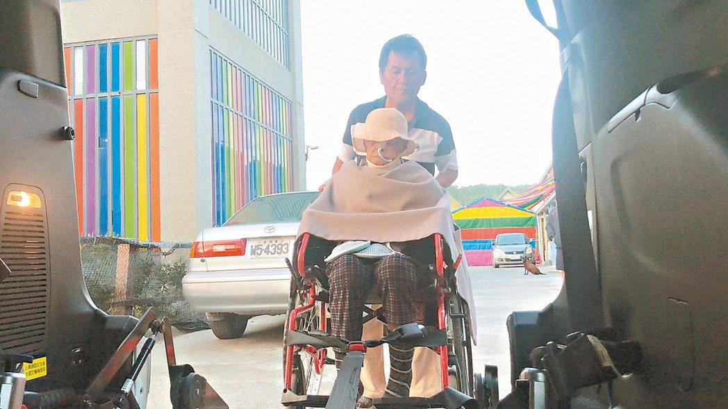 58歲陳新義(後)從警察退休後加入義務駕駛。 記者侯俐安/攝影