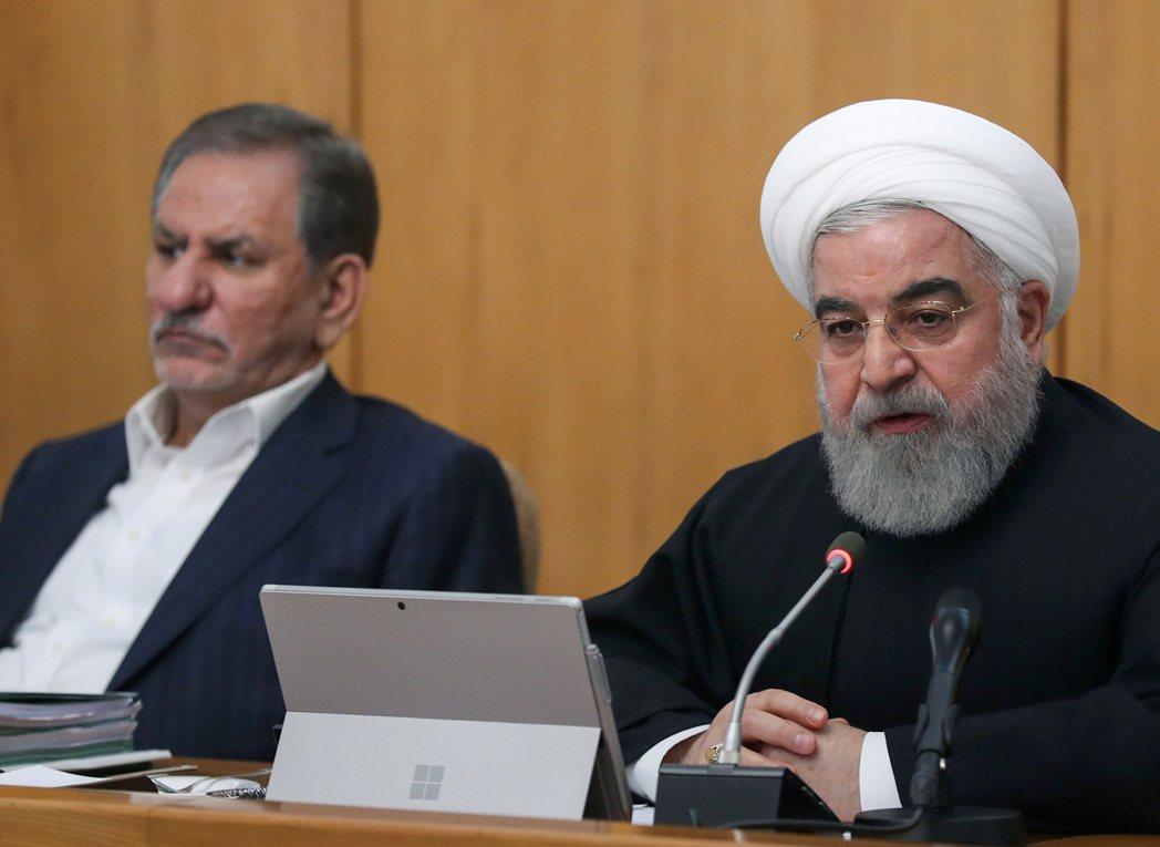 伊朗總統羅哈尼(右)20日在內閣會議上宣布成功平息抗議活動。(法新社)