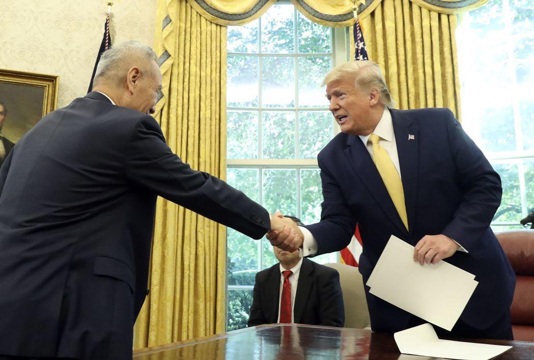 美中兩國在10月11日於華府達成了有限的貿易協定,圖為川普(右)當天在白宮接見中...