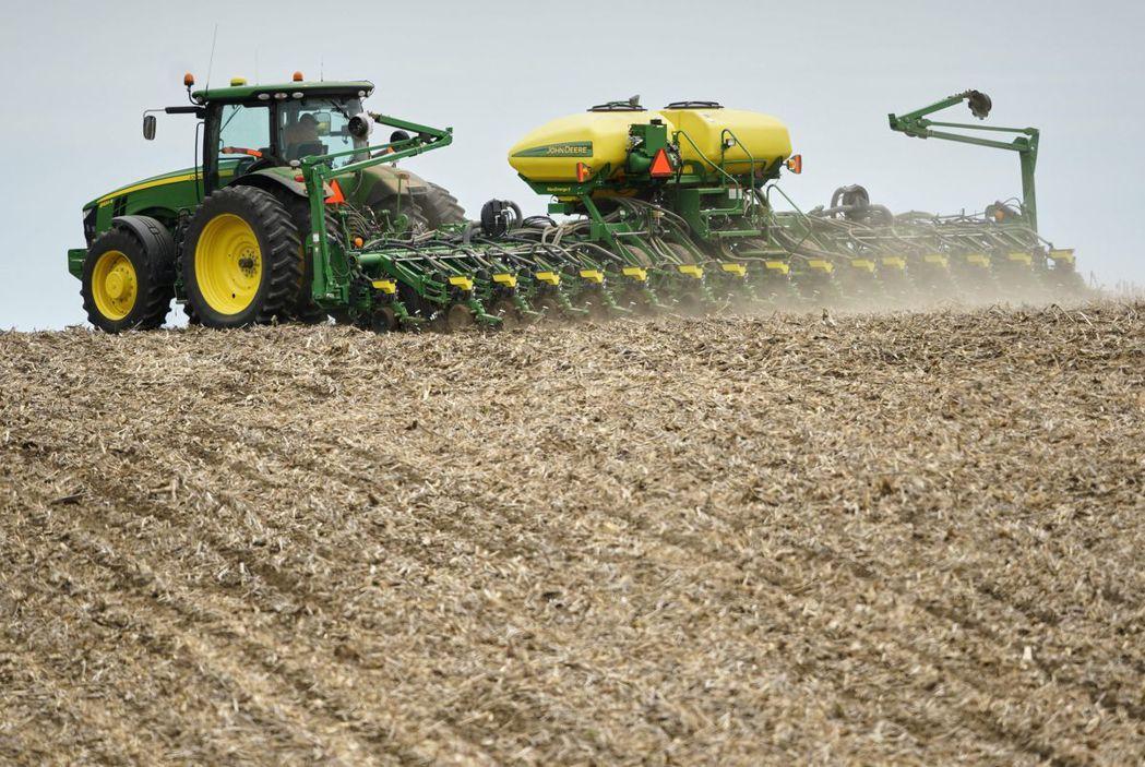 圖為美國農業州內布拉斯加州一處正利用機械種植大豆的田地。(美聯社)