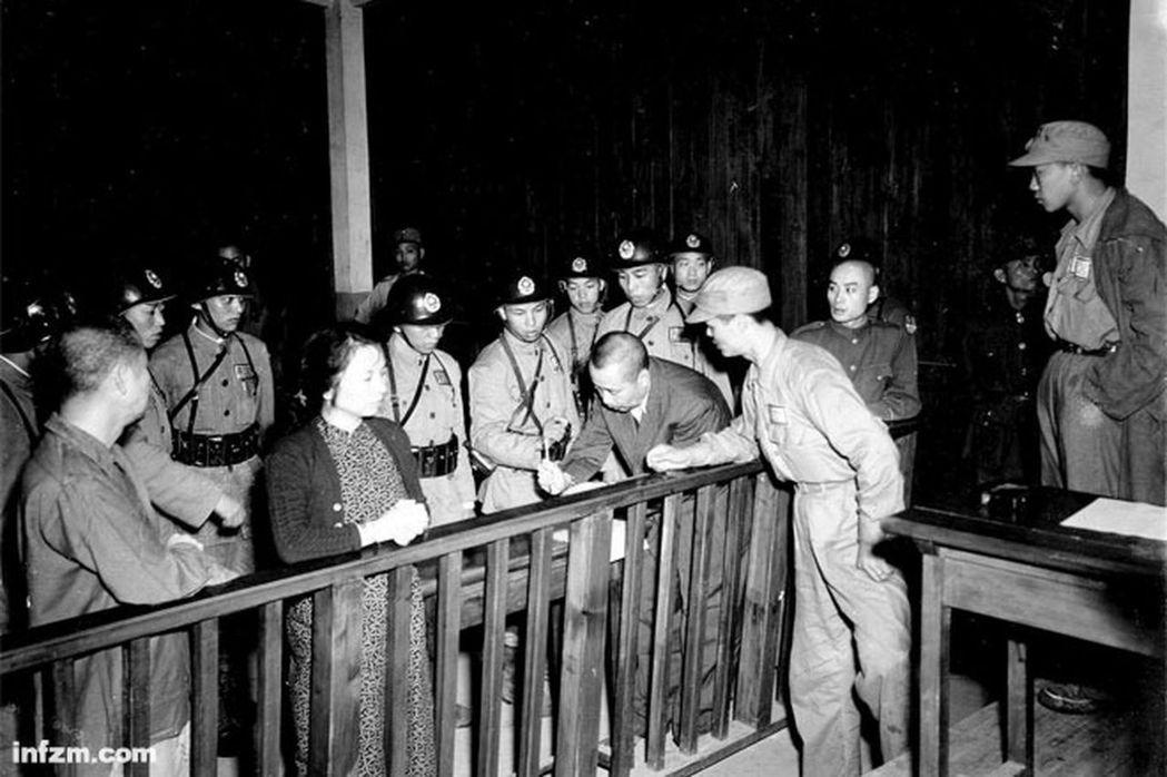 1950年6月10日,吳石(低首寫遺囑者)被判死刑。(秦風工作室提供)
