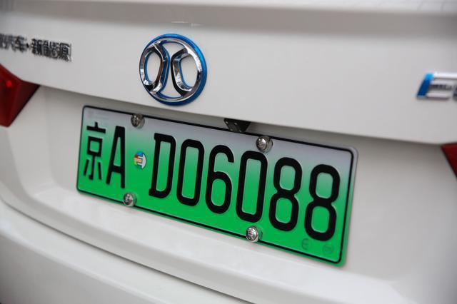 在北京能夠搖號到一個車牌,要等待好幾年時間,也要有無比的幸運。圖╱取自每日頭條