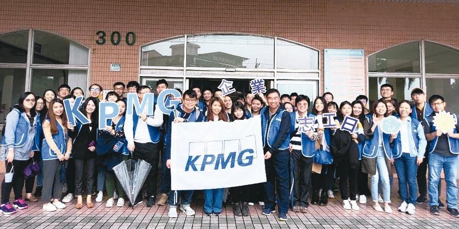 KPMG安侯建業聯合會計師事務所主席于紀隆(第一排右)日前不畏風雨,率領2,00...