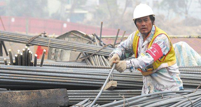 台灣持續因美中貿易戰轉單和科技業返台而受益。 彭博資訊