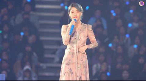IU上個月才因為好友雪莉的離世,將新專輯延後發行,24日在首爾舉行演唱會,再進行到第二次安可出場時,疑似得知了具荷拉離世的消息,她的心情變得較低落,最後與粉絲說話時更忍不住哽咽,最後仍再唱了4首歌才...
