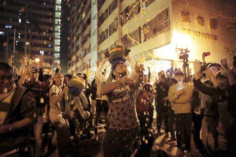 香港的真民意:親中建制派腰斬式崩盤!區議會大選代理的「意志公投」