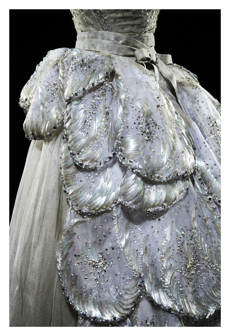 DIOR的高級訂製服的細節,常是Grand Bal系列定及珠寶表的靈感來源。 圖...