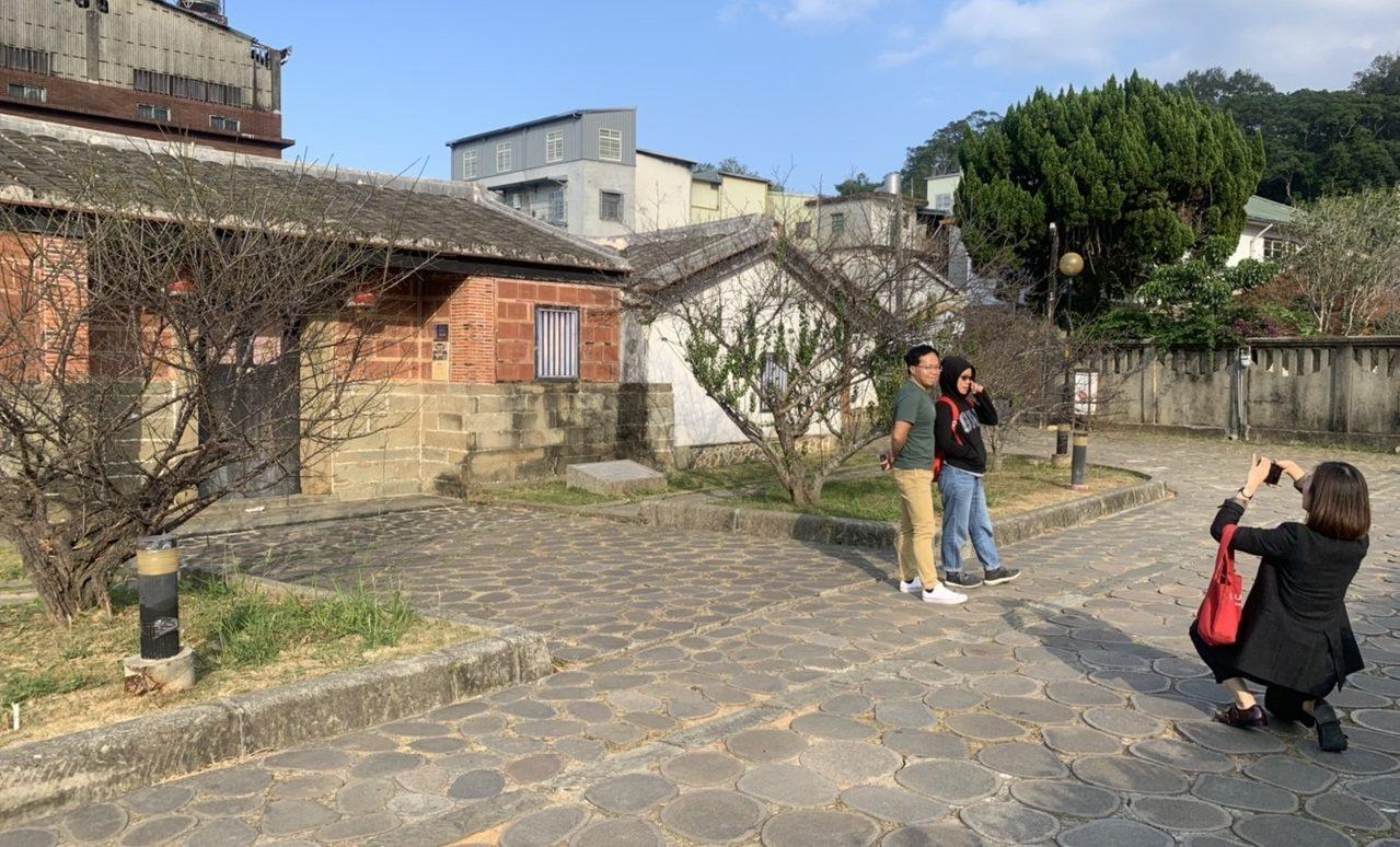 北埔老街附近有相當多古蹟,不管平日或假日,都吸引遊客駐足觀賞、拍照留念。 圖/陳...