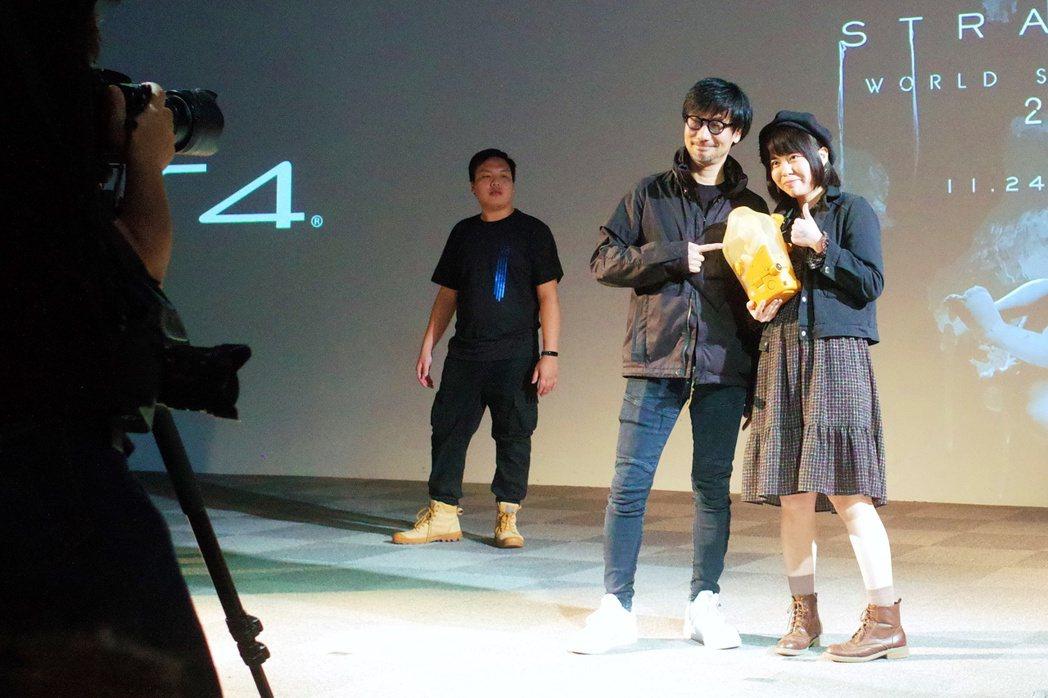 有獎徵答之後,在場每一位玩家都可以和小島秀夫合照。