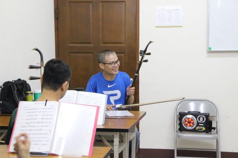52歲湖埔社區大學二胡老師楊登州原是業務員,現在社大教學。 圖/林敬家攝影