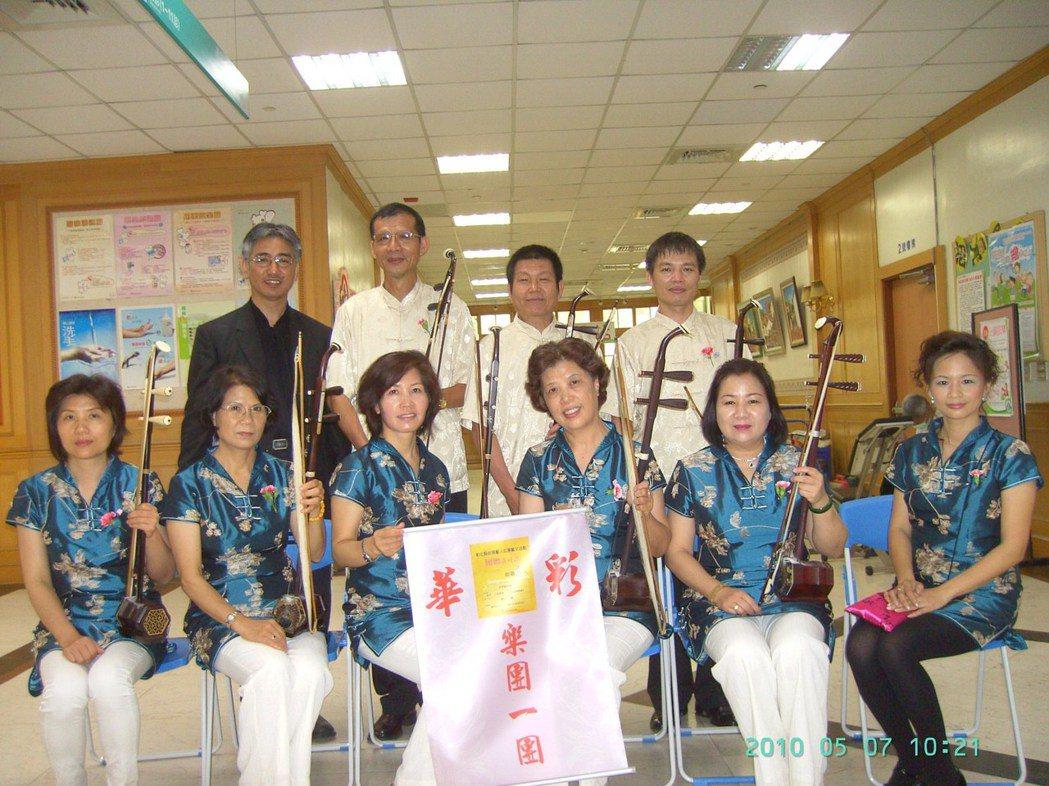 52歲湖埔社區大學二胡老師楊登州(後右一)演出。 圖/湖埔社大提供