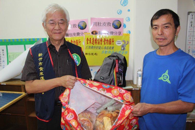 67歲新竹前市長蔡仁堅(左)現任新竹市食來運轉協會理事長,過去因為看到上海朋友在...