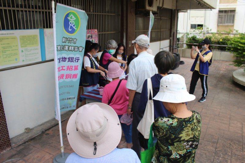 新竹市食來運轉協會在每周一、三、五分裝好轉送麵包服務給社福團體後,在下午4點推出...