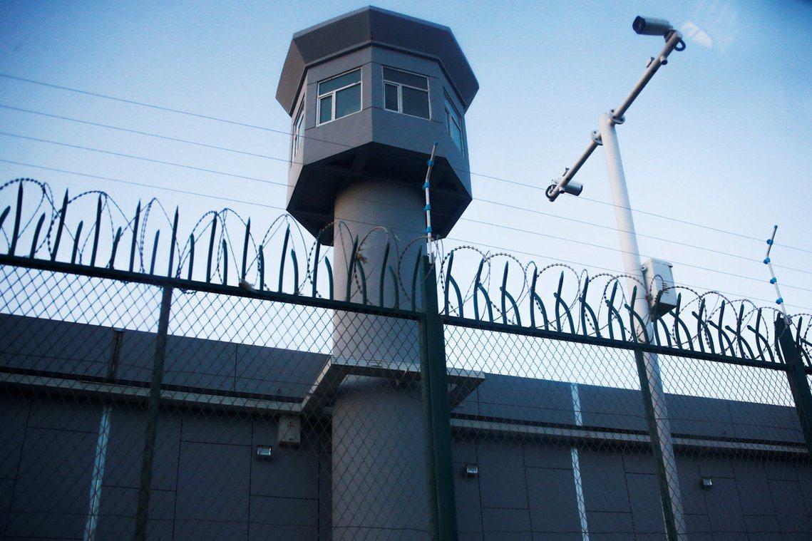 「絕不允許發生逃跑事件。」圖為新疆一處被認為是再教育營的職訓中心哨塔。 圖/路透...