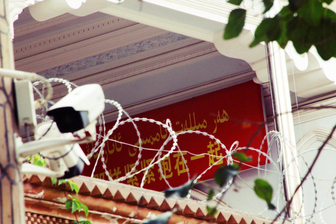 「緊緊抱在一起...」新疆監視的天網,幾乎無所不在。圖為喀什地區的監視器。 圖/...