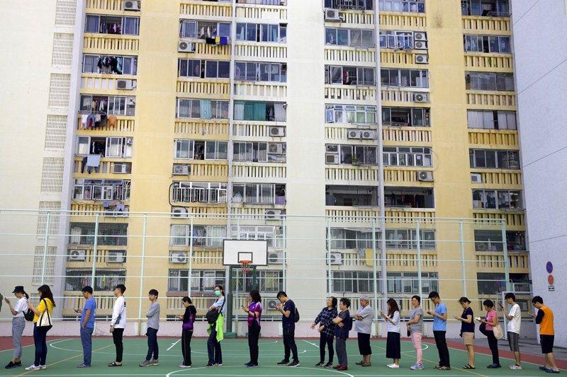 本次香港區議會選舉投票率達到破紀錄的71%。圖為投票當日,攝於11月24日,香港。 圖/美聯社