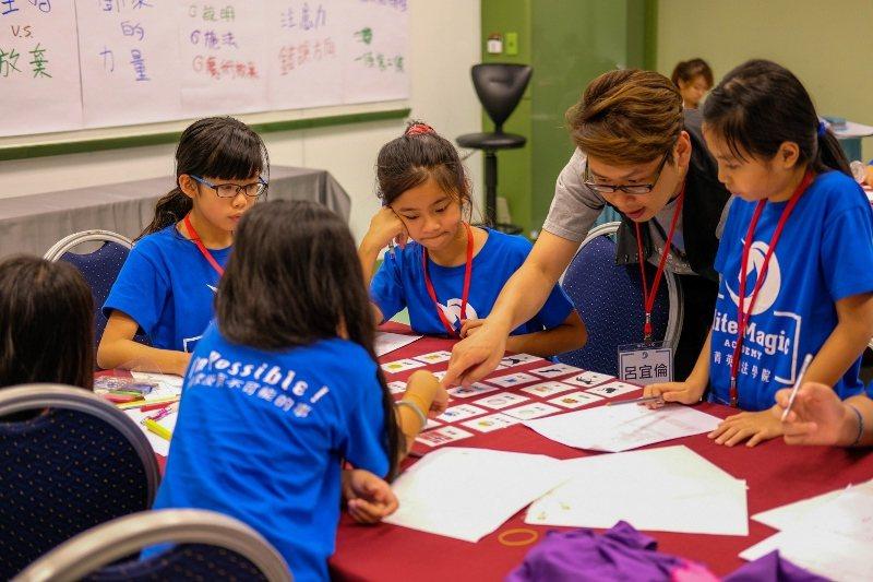 「菁英魔法學院」以魔術方式解說自然科學,引發小學生的好奇心與求知欲。 業者/提供