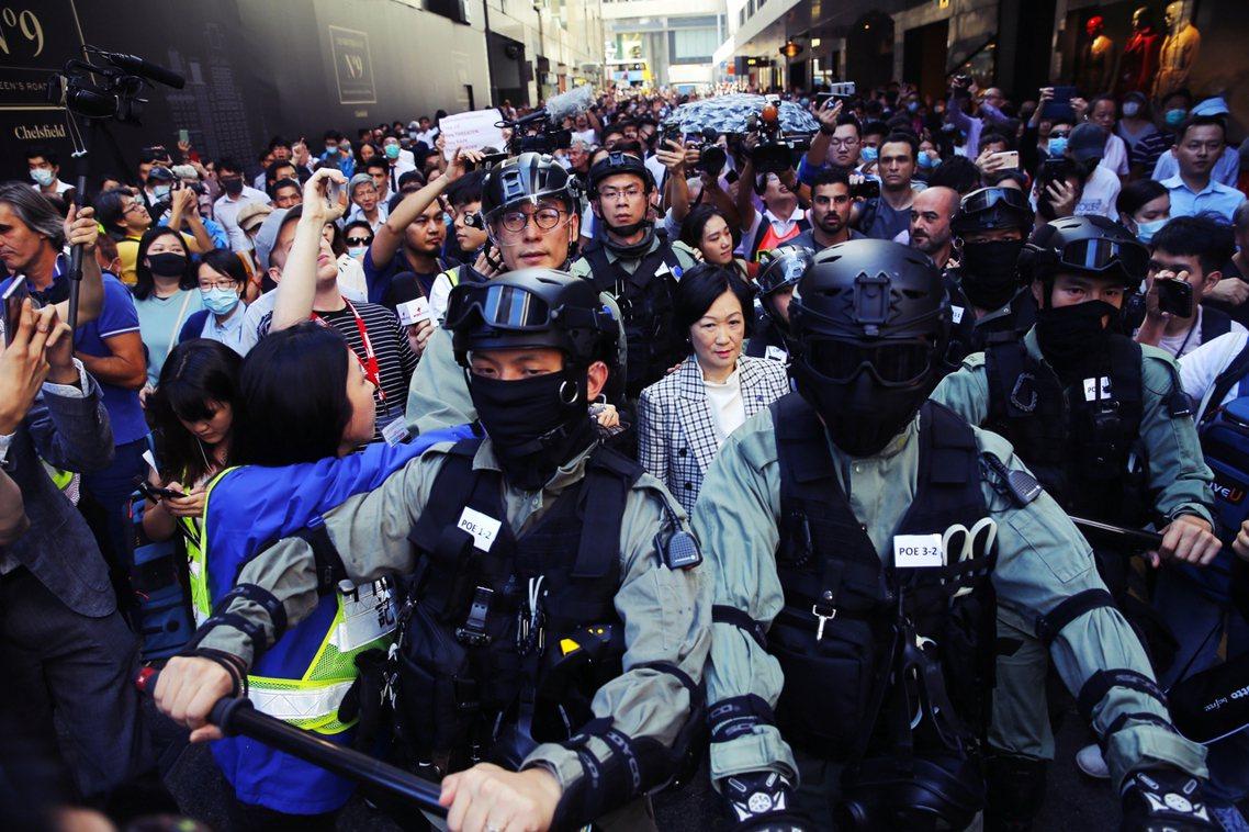 建制派大砲葉劉淑儀遭市民包圍指罵,最後竟出動鎮暴警隊出面「護駕」遊街。 圖/歐新...