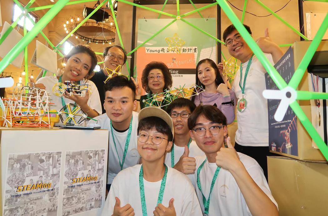 教育部次長范巽綠(後排左二)參觀成果展,鼓勵青年團隊付諸行動,持續關注及改善社會...