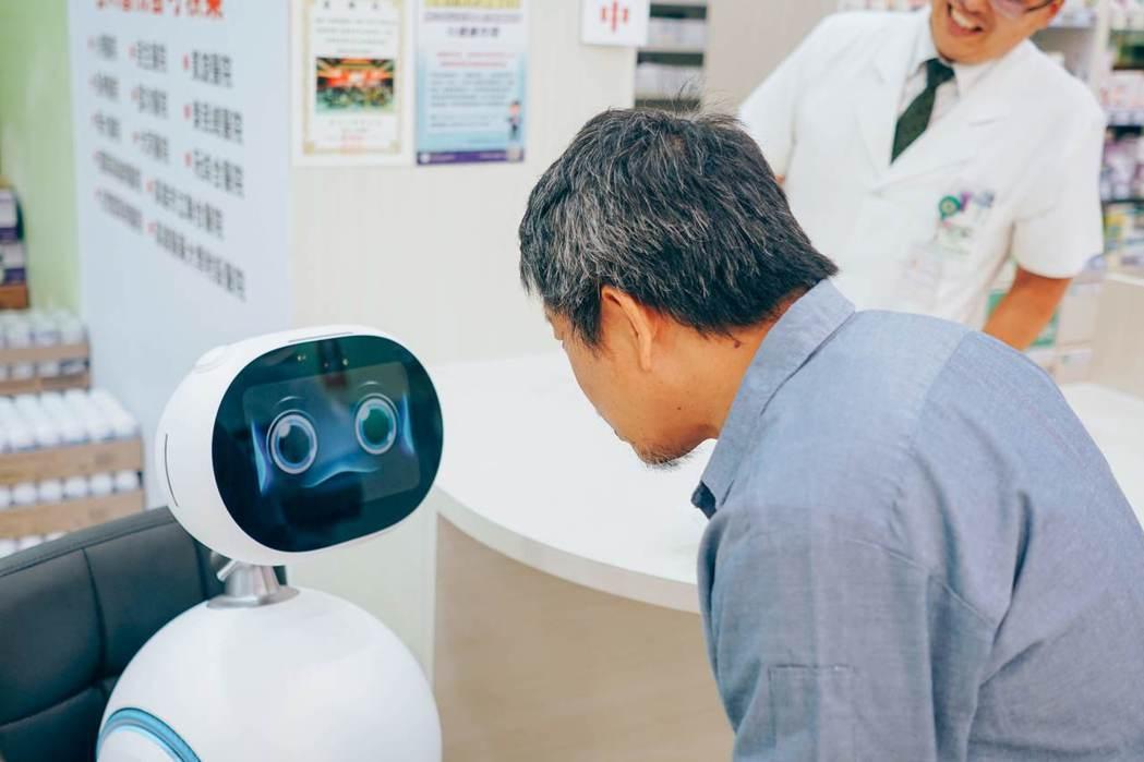 長者與i健康管家機器人互動。 成大生醫長照團隊/提供