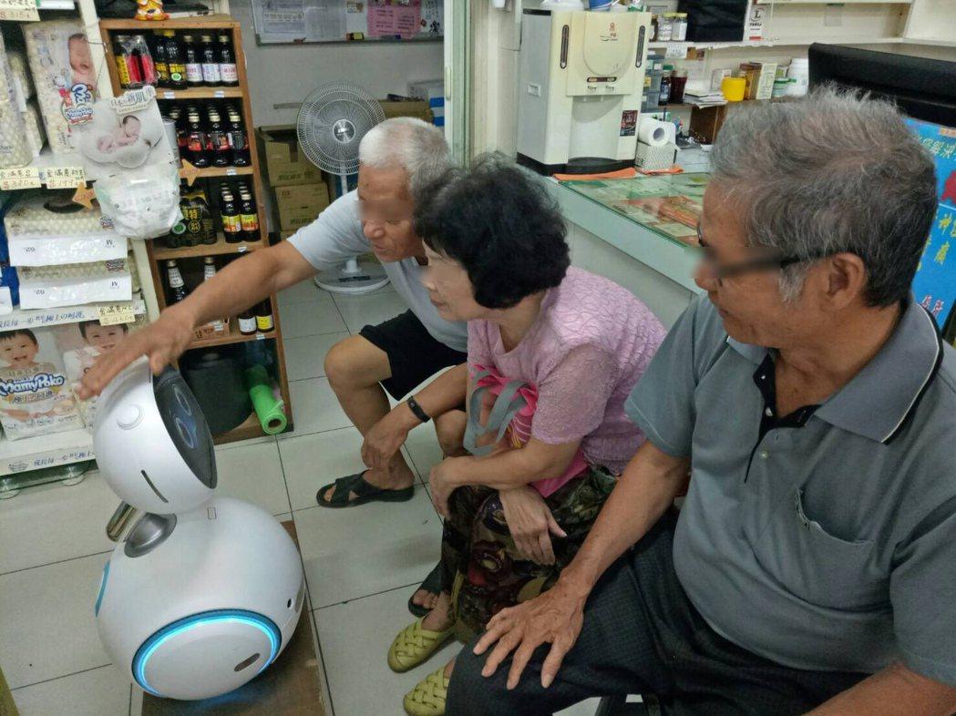 長者對i健康管家機器人頗感興趣。 成大老年所邱靜如副教授團隊/提供