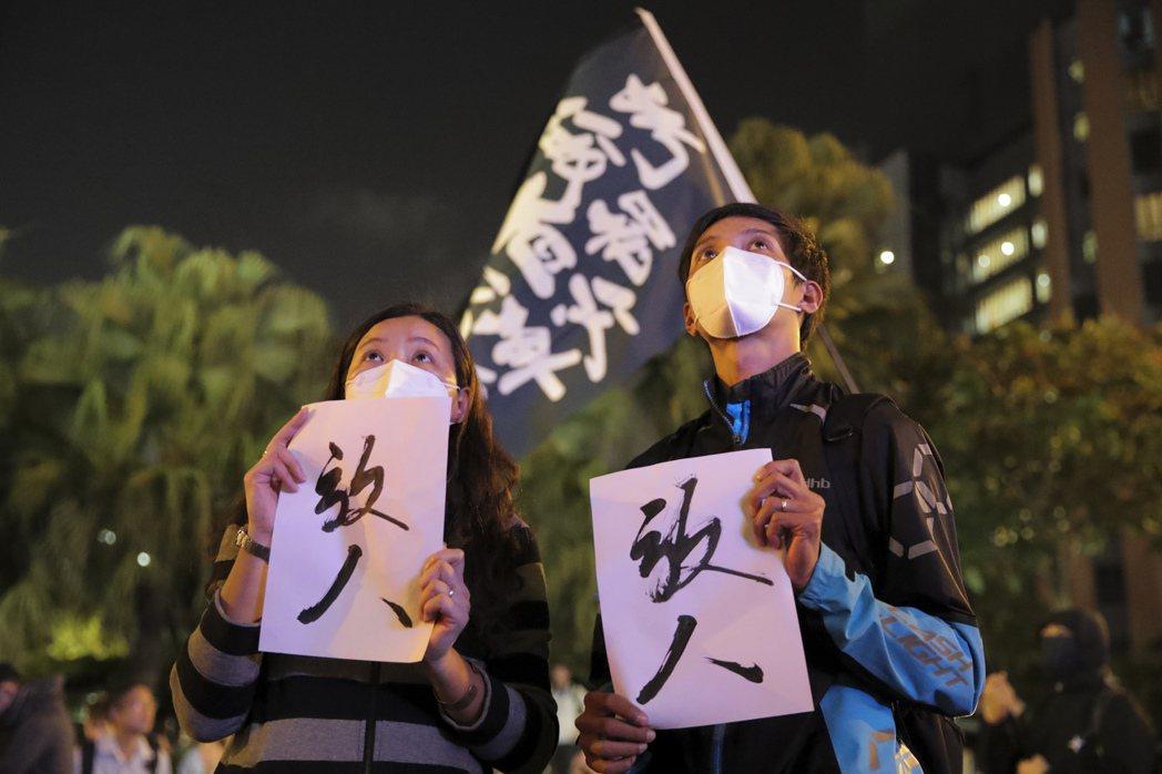 市民聚集香港理工大學外聲援,呼籲港府「放人」。 圖/美聯社
