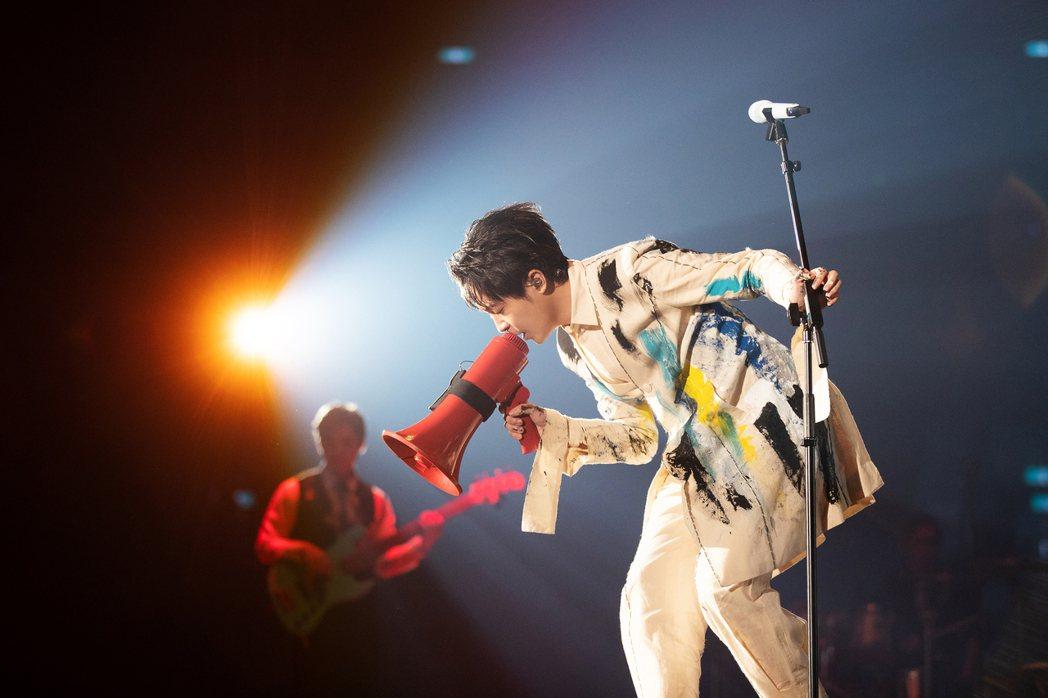 吳青峰展開「太空備忘記」演唱會。圖/環球提供
