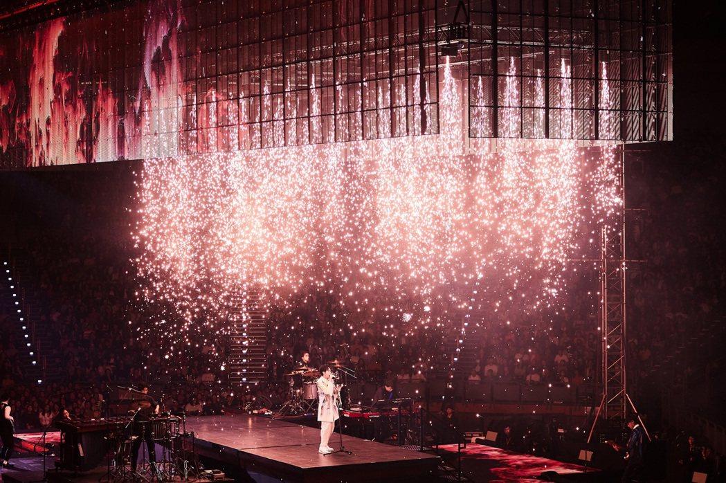 吳青峰演唱會祭出瀑布煙火,相當壯觀。圖/環球提供