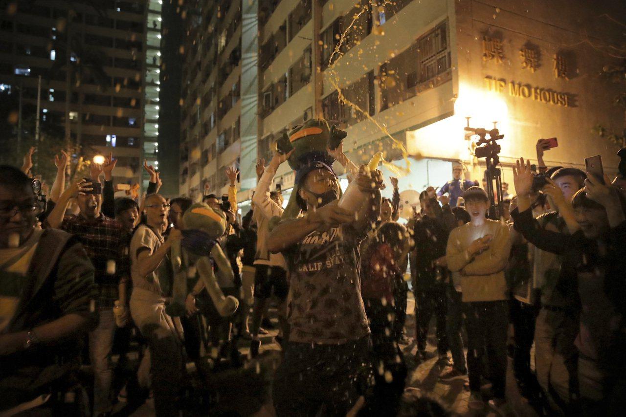 香港昨天舉行區議會選舉,在凌晨得知知名親中建制派議員何君堯連任失敗後,訴求民主的...