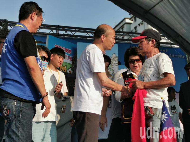 李姓韓粉以3萬元搶拍1件T恤,上台說,跟韓總1年,終於拿到簽名!記者卜敏正/攝影