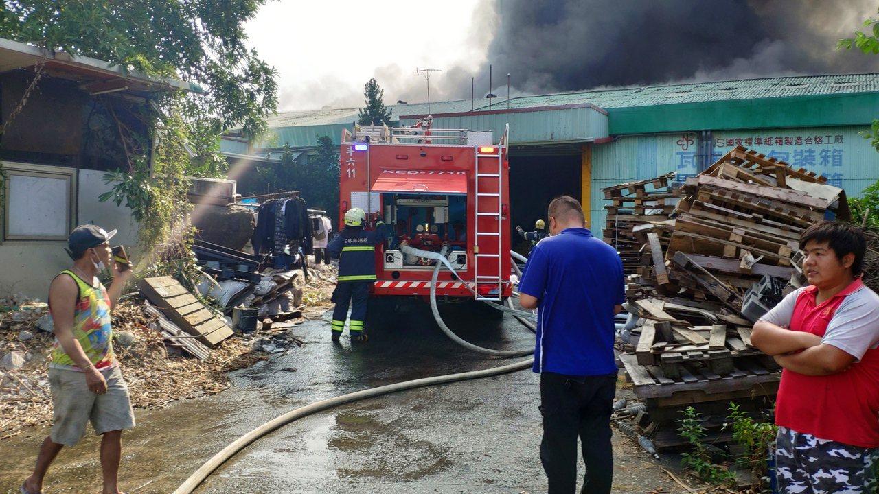 雲林斗六市塑膠料工廠發生火警,一名移工受傷送醫。記者李京昇/攝影
