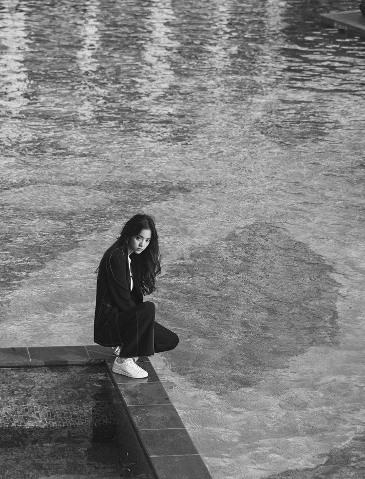 歐陽娜娜為時尚品牌A X Armani Exchange拍攝形象大片,獲得網友與...