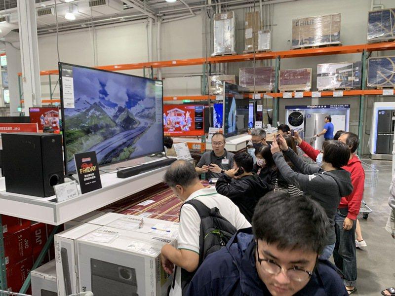 5分鐘就搶購一空的「LG70吋4K雙規HDR智慧連網電視」,現折12,000元。記者徐力剛/攝影