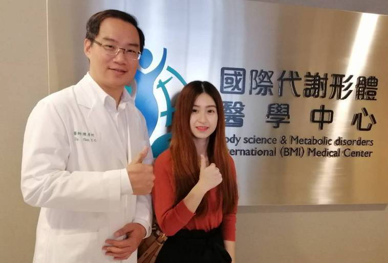 馬來西亞婦人朵琳(右)5年前生下四胞胎,卻因生產後肚皮嚴重鬆弛,腹部的腹直肌分離...