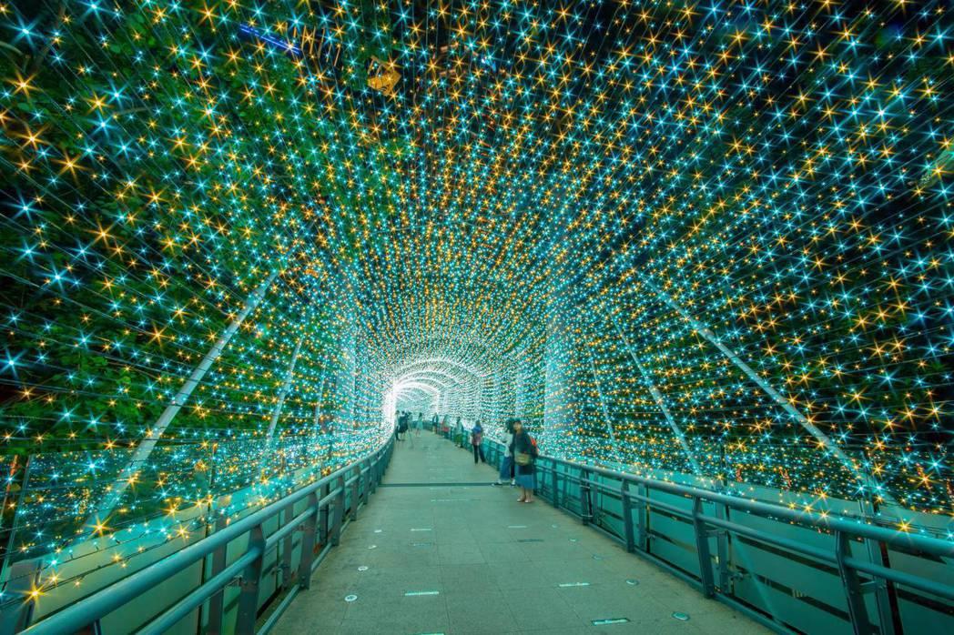 位於市民廣場周圍行人天橋的「變色光廊」。圖/新北市政府觀光旅遊局提供