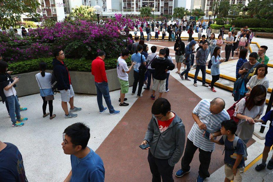 香港昨日舉行區議會選舉。圖/取自路透社
