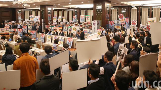 兩百名文曄科技員工高舉抗議海報,反對大聯大惡意併購。記者侯永全/攝影