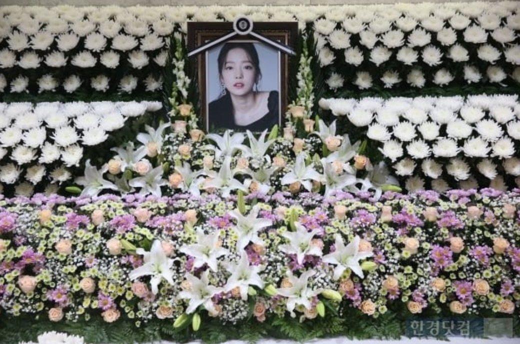 具荷拉靈堂用花卉打造成素淨花海。圖/摘自hankyung.com