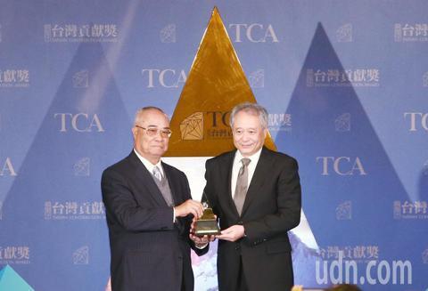 -->第三屆蔡萬才台灣貢獻獎今天進行頒獎典禮,得獎者導演李安致詞時表示,愛台灣是最自然的事。