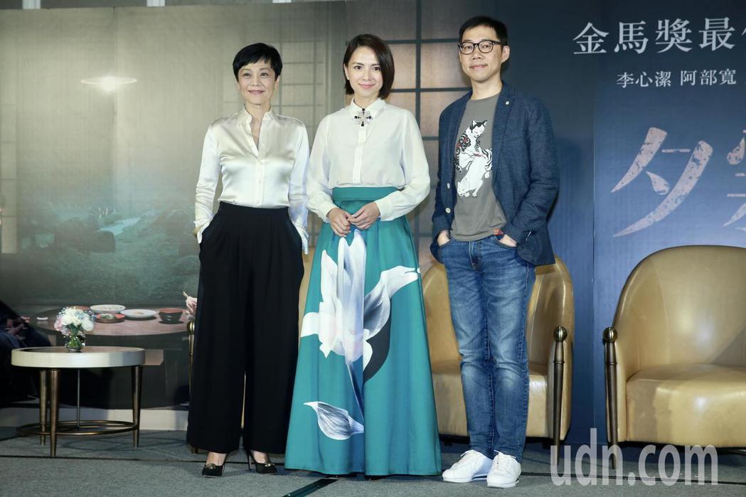 電影《夕霧花園》下午舉行記者會,演員張艾嘉(左至右)、李心潔、導演林書宇盛裝出席...