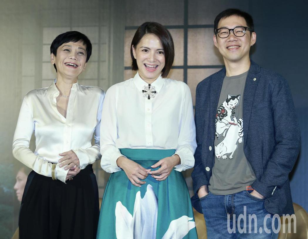 電影《夕霧花園》下午舉行記者會,演員張艾嘉(左至右)、李心潔、導演林書宇盛裝出席
