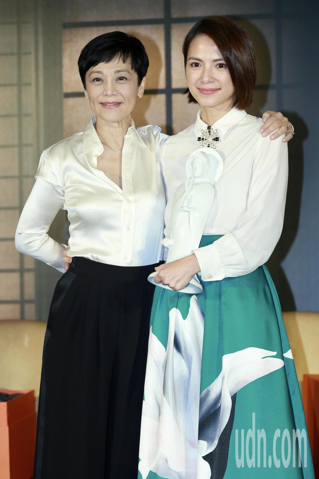 電影《夕霧花園》下午舉行記者會,演員張艾嘉(左)、李心潔出席。記者林伯東/攝影