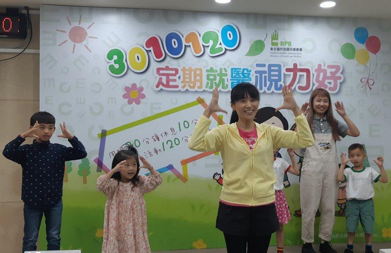 南臺科技大學幼保系講師鄭伊恬帶領小朋友唱跳歌曲「eye眼動起來」。記者邱宜君/攝影