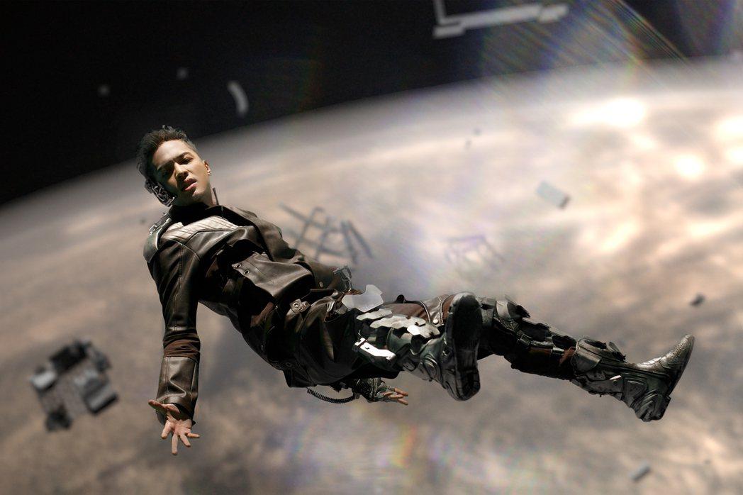 J.Sheon首次挑戰吊鋼絲拍攝「囚」MV。圖/索尼提供