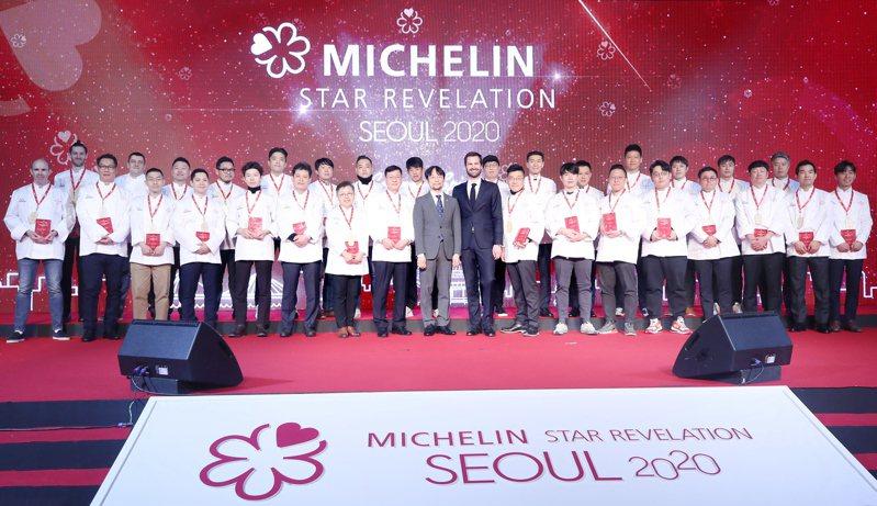 獲得「2020年首爾米其林指南」推薦的首爾餐廳主廚,14日在首爾合影。(歐新社)