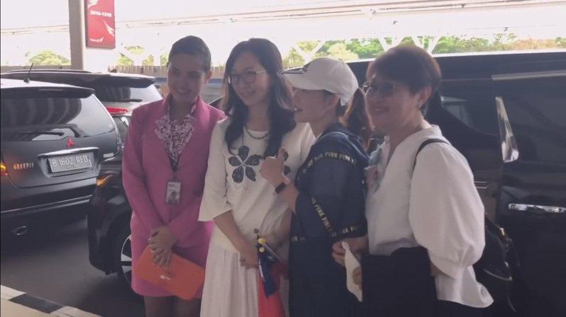 國民黨總統參選人韓國瑜妻子李佳芬代夫出征訪印尼,受到僑胞們熱情接機。圖/擷取自韓國瑜發言人何庭歡YouTube影片