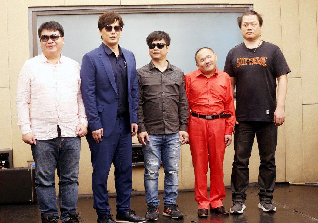 蕭煌奇(左二)邀來「全方位樂團」成員相聚。記者邱德祥/攝影