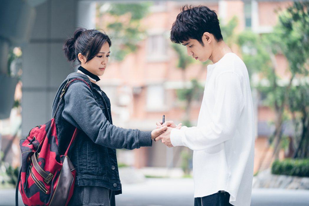 劉奕兒(左)劇中是劉以豪迷妹。圖/Netflix提供